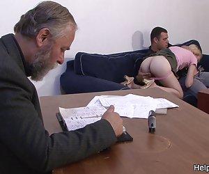 Հին ամուսինը վճարում է նրան, որ трахнуть նրա երիտասարդ կնոջը